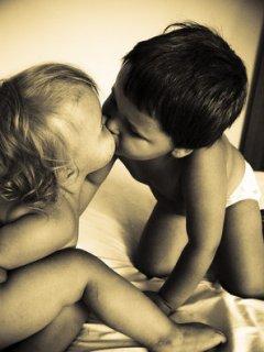 Картинка 240х320 с целующимися коропузами.